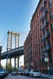 Manhattan-Brücke von einer verkehrsreichen Straße Dumbo Brooklyn Stockfotografie