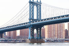 Manhattan-Brücken- und -Skylineansicht von Brooklyn bei Sonnenuntergang Stockfotos
