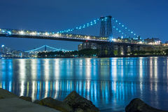 The Manhattan Bridge crossing the East River in New York at night Royalty Free Stock Photos