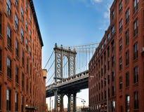 Manhattan bro från en gränd Arkivfoto