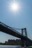 Manhattan bro med solsignalljuset Royaltyfri Foto