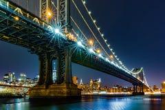 Manhattan bro som inramar Freedom Tower Arkivfoto
