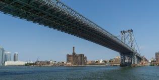 Manhattan brosikt från under rätt Arkivfoto