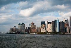 Manhattan comme vue de Staten Island Ferry - astuce occidentale du sud - en couleurs images libres de droits