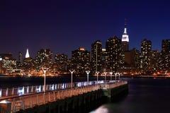 Manhattan con el embarcadero en primero plano imagen de archivo libre de regalías