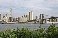 Manhattan con el puente de Brooklyn imagen de archivo