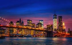 Manhattan con le luci e le riflessioni Immagini Stock