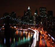 Manhattan-Datenbahn und Skyline stockbilder