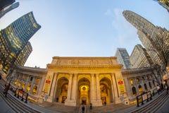 Manhattan 15 de dezembro de 2011 - visi do olho de peixes da opinião da rua da biblioteca pública Imagem de Stock Royalty Free