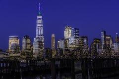 Manhattan in der blauen Stunde lizenzfreie stockbilder