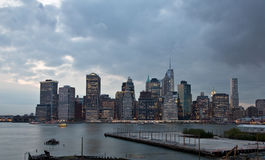 Manhattan an der Dämmerung lizenzfreie stockbilder