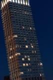 Manhattan drapacz chmur przy nocą Zdjęcie Stock