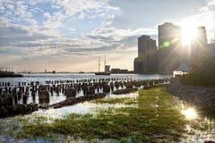 Manhattan e a estátua da liberdade vistos da ponte de Brooklyn estacionam, New York, EUA Fotografia de Stock