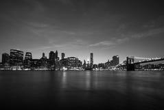 Manhattan e ponte di Brooklyn del centro al tramonto, nel nero ed in w Immagine Stock Libera da Diritti