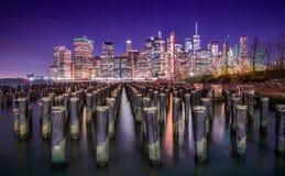 Manhattan e sua skyline na noite fotografia de stock royalty free