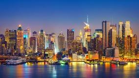 Manhattan efter solnedgång Arkivfoton