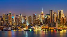 Manhattan efter solnedgång Arkivfoto