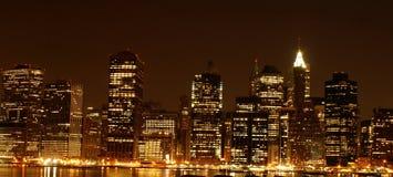 Manhattan em a noite imagens de stock