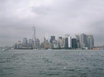Manhattan em um dia nebuloso Fotos de Stock Royalty Free
