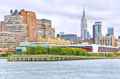 Manhattan em um dia nebuloso na costa de Hudson Foto de Stock