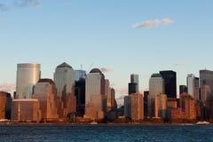 Manhattan-Finanzbezirk am Sonnenuntergang von Jersey Lizenzfreie Stockbilder