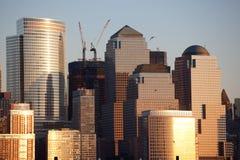 Manhattan-Finanzbezirk am Sonnenuntergang von Jersey Stockbild