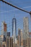 Manhattan hinter Brooklyn-Brücke Stockbilder
