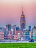 Manhattan horisont från Jersey City parkerar på solnedgången arkivfoton