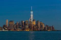 Manhattan horisont från Jersey på skymning Arkivbilder