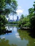 Manhattan horisont från sjön i Central Park New York fotografering för bildbyråer