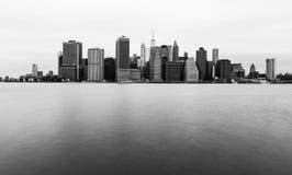 Manhattan horisont i molnig dag, New York Arkivfoton