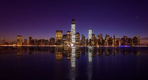 Manhattan horisont med den en World Trade Center som bygger på tw Royaltyfri Foto