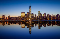 Manhattan horisont med den en World Trade Center som bygger på tw Arkivbild
