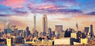 Manhattan horisont med Empire State Building över Hudson River, Arkivfoton