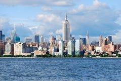 Manhattan horisont med Empire State Building över Hudson River, NYC Fotografering för Bildbyråer
