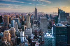 Manhattan horisont med en molnig himmel Arkivbild