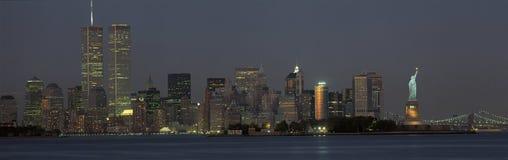 Manhattan horisont med statyn av frihet Arkivbilder