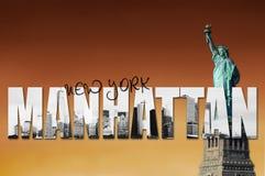 Manhattan horisont med statyn av frihet Arkivfoto
