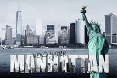 Manhattan horisont med statyn av frihet Arkivbild