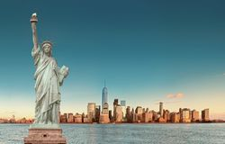 Manhattan horisont med statyn av frihet, New York City USA royaltyfria bilder