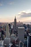 Manhattan horisont, NY på (den vertikala) skymningen, Arkivbild