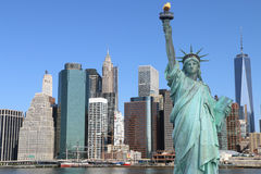 Manhattan horisont och statyn av frihet Royaltyfri Fotografi