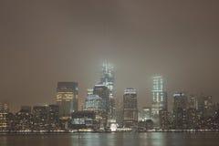 Manhattan horisont på den molniga natten, New York City Royaltyfri Fotografi