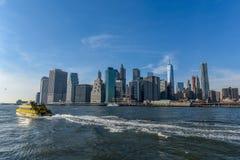 Manhattan horisont på en solig dag från Brooklyn royaltyfria bilder