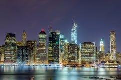 Manhattan horisont på natten Royaltyfria Foton