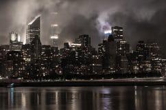 Manhattan horisont på natten med reflexioner, NYC, USA royaltyfria bilder