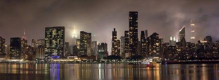Manhattan horisont på natten med reflexioner, NYC, USA royaltyfri bild