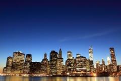 Manhattan horisont på nattljus, New York City Arkivbild