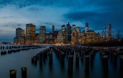 Manhattan horisont på skymning royaltyfri foto