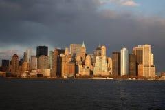 Manhattan horisont på solnedgången Royaltyfri Foto